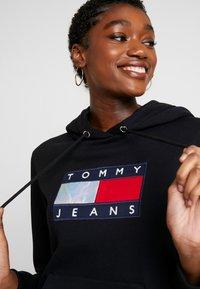 Tommy Jeans - METALLIC HOODIE - Mikina skapucí - black - 3