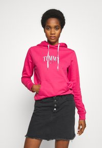 Tommy Jeans - TJW ESSENTIAL LOGO HOODIE - Mikina skapucí - blush red - 0