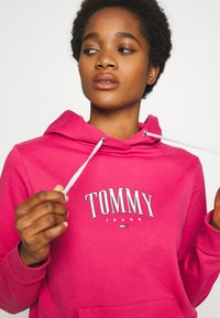Tommy Jeans - TJW ESSENTIAL LOGO HOODIE - Mikina skapucí - blush red - 4