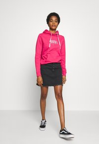Tommy Jeans - TJW ESSENTIAL LOGO HOODIE - Mikina skapucí - blush red - 1