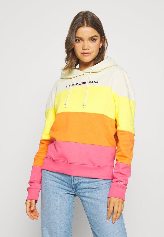 COLORBLOCK HOODIE - Bluza z kapturem - glamour pink/multi