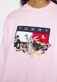 Tommy Jeans - TJW LOONEY TUNES CREW - Mikina - romantic pink - 4
