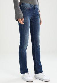 Tommy Jeans - MID RISE STRAIGHT SANDY - Džíny Straight Fit - niceville - 0