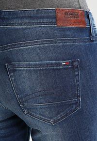 Tommy Jeans - MID RISE STRAIGHT SANDY - Džíny Straight Fit - niceville - 4