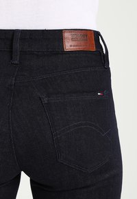 Tommy Jeans - HIGH RISE SANTANA - Jeans Skinny Fit - black denim - 4
