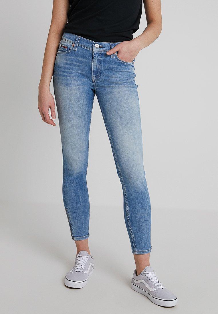 Tommy Jeans - MID RISE SKNY NORA - Jeans Skinny Fit - light-blue denim