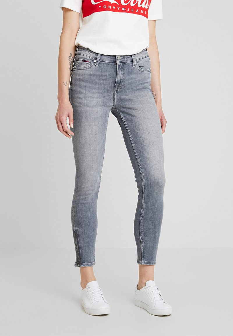 Tommy Jeans - MID RISE NORA 7/8 ZIP - Jeans Skinny Fit - georgia grey