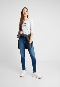Tommy Jeans - MID RISE SKINNY NORA ZIP - Jeans Skinny - diamond mid blue - 1