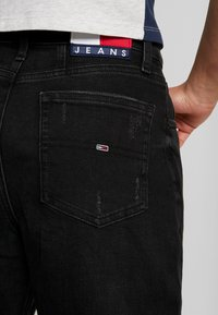 Tommy Jeans - MOM JEAN HIGH RISE TAPERED CKBK - Relaxed fit jeans - cake bk com - 5
