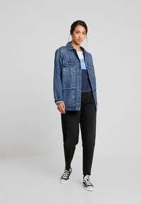 Tommy Jeans - MOM JEAN HIGH RISE TAPERED CKBK - Relaxed fit jeans - cake bk com - 1