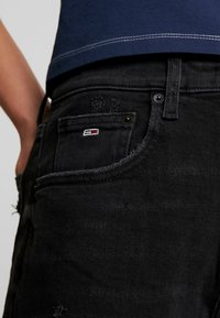 Tommy Jeans - MOM JEAN HIGH RISE TAPERED CKBK - Relaxed fit jeans - cake bk com - 3