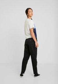 Tommy Jeans - MOM JEAN HIGH RISE TAPERED CKBK - Relaxed fit jeans - cake bk com - 2