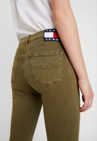 Tommy Jeans - NORA MID RISE - Jeans Skinny Fit - martini olive - 5