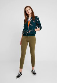 Tommy Jeans - NORA MID RISE - Jeans Skinny Fit - martini olive - 1