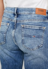 Tommy Jeans - MID RISE BOOTCUT - Bootcut jeans - light blue denim - 4