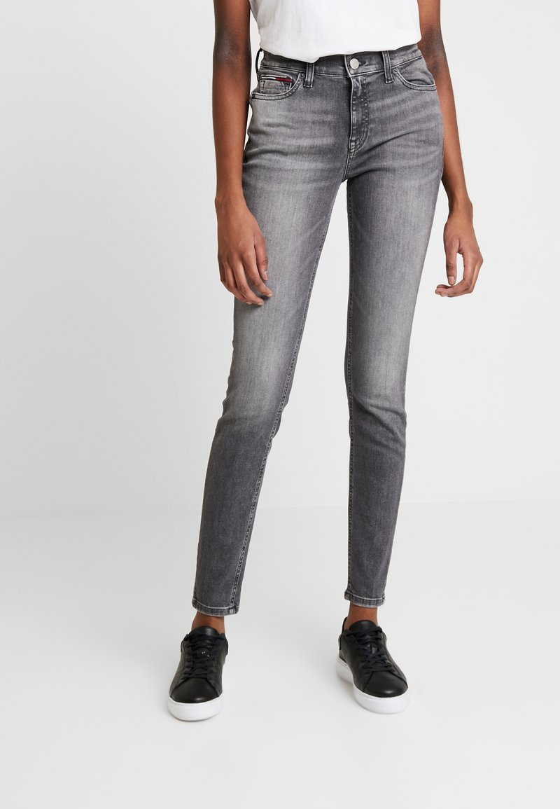 Tommy Jeans - NORA MID RISE - Jeans Skinny Fit - merrick grey