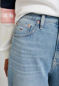 Tommy Jeans - MOM HIGH RISE TAPERED - Jeans relaxed fit - sunday light blue - 3