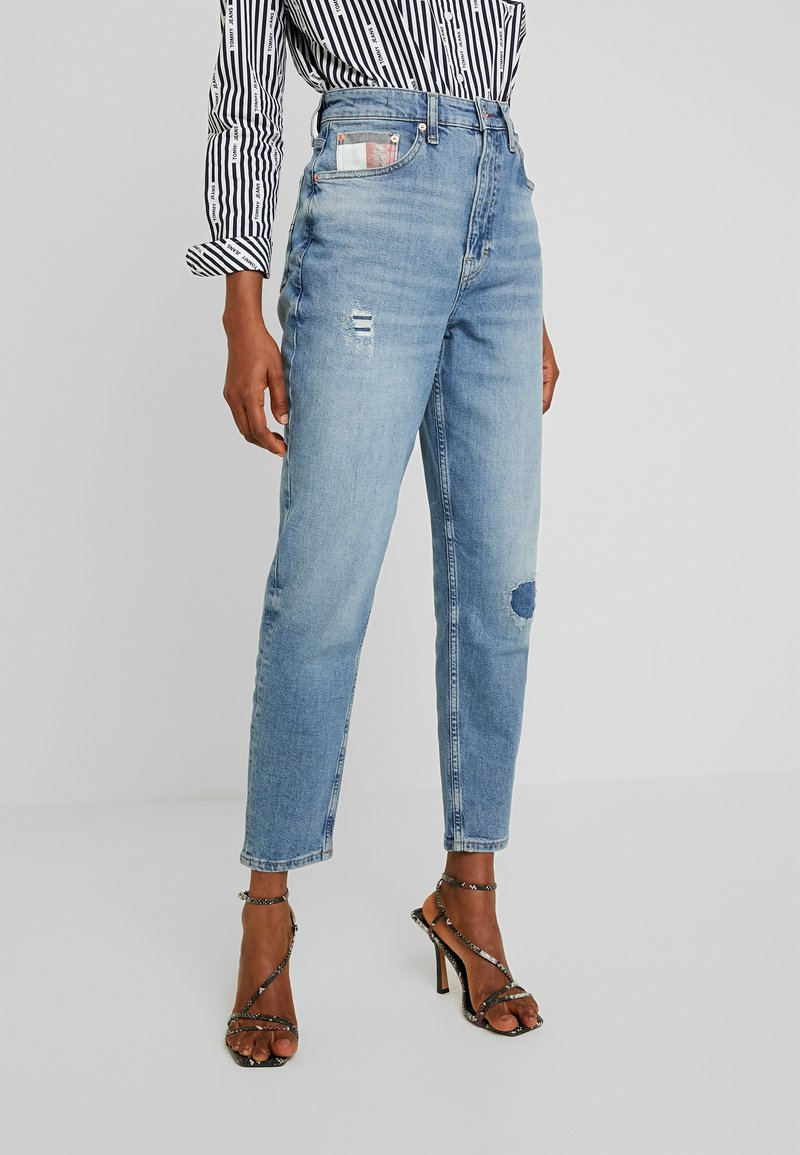 Tommy Jeans - MOM HIGH RISE - Relaxed fit jeans - acron