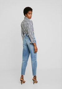 Tommy Jeans - MOM HIGH RISE - Relaxed fit jeans - acron - 2