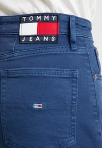 Tommy Jeans - HIGH RISE - Jeans Tapered Fit - estate blue - 5