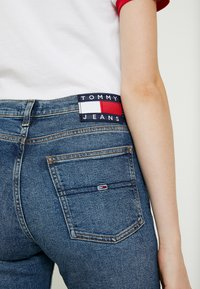 Tommy Jeans - HIGH RISE SLIM IZZY CROP ACMBC - Jeans slim fit - ace mid bl com - 5