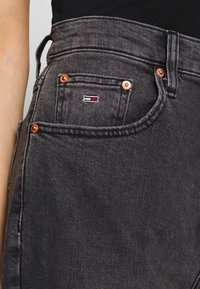 Tommy Jeans - MOM JEAN TAPERED - Relaxed fit jeans - aries - 4