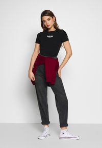 Tommy Jeans - MOM JEAN TAPERED - Relaxed fit jeans - aries - 1