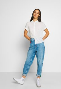 Tommy Jeans - MOM JEAN  - Relaxed fit jeans - save light blue rig - 1
