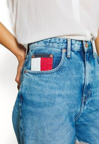 Tommy Jeans - MOM JEAN  - Relaxed fit jeans - save light blue rig - 3