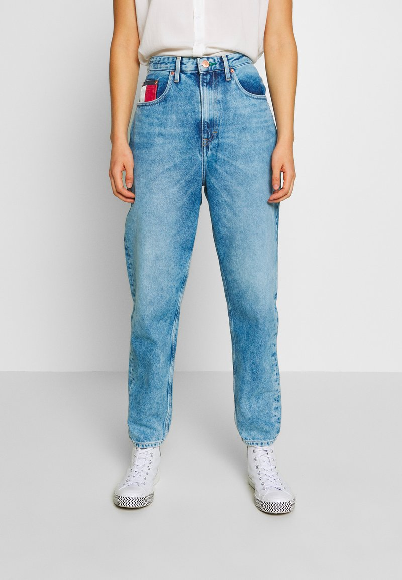 Tommy Jeans - MOM JEAN  - Relaxed fit jeans - save light blue rig