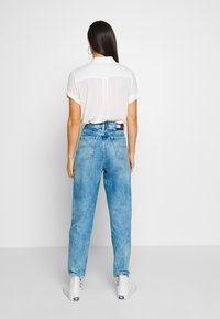 Tommy Jeans - MOM JEAN  - Relaxed fit jeans - save light blue rig - 2
