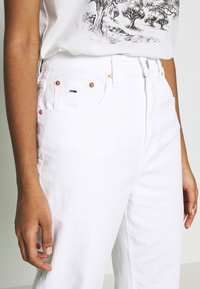 Tommy Jeans - MOM TAPERED - Relaxed fit jeans - white - 5