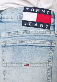 Tommy Jeans - HOTPANT  - Farkkushortsit - light blue - 4