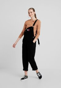 Tommy Jeans - REGULAR STRAIGHT DUNGAREE - Peto - tommy black - 1