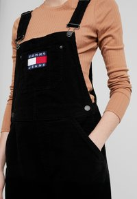 Tommy Jeans - REGULAR STRAIGHT DUNGAREE - Peto - tommy black - 4