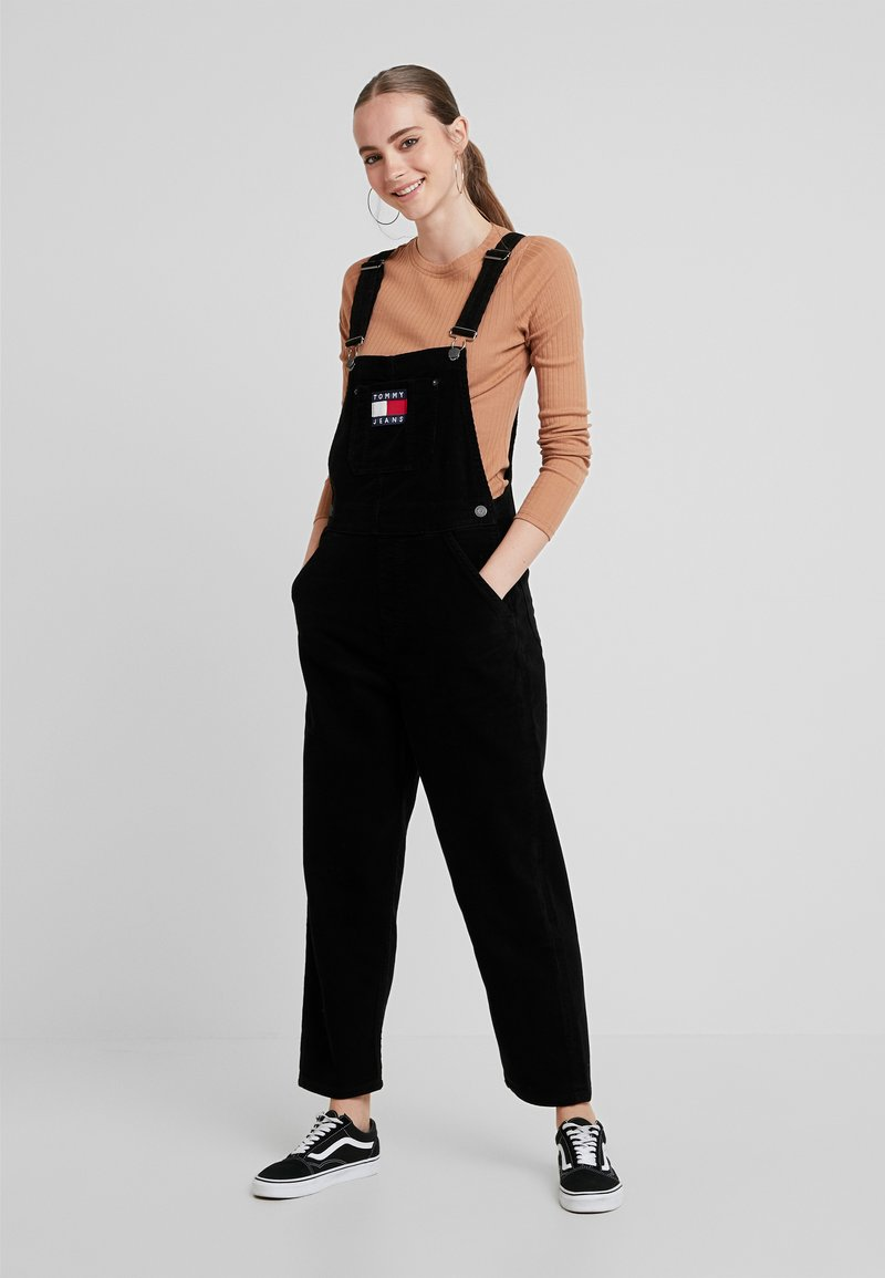 Tommy Jeans - REGULAR STRAIGHT DUNGAREE - Peto - tommy black