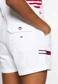Tommy Jeans - DUNGAREE SHORT - Dungarees - classic white - 5