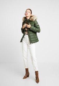 Tommy Jeans - ESSENTIAL HOODED JACKET - Chaqueta de plumas - kombu green - 1