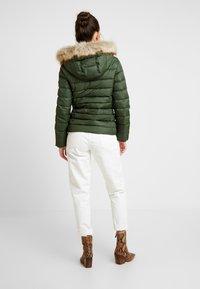 Tommy Jeans - ESSENTIAL HOODED JACKET - Chaqueta de plumas - kombu green - 2