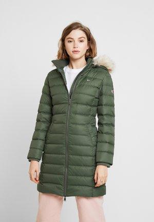 ESSENTIAL HOODED COAT - Abrigo de plumas - kombu green