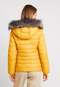 Tommy Jeans - ESSENTIAL HOODED JACKET - Zimní bunda - golden glow
