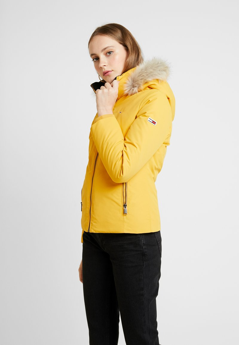 Tommy Jeans - HOODED JACKET - Chaqueta de plumas - golden glow