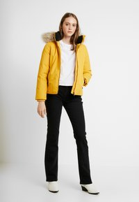 Tommy Jeans - HOODED JACKET - Chaqueta de plumas - golden glow - 1