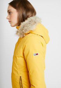 Tommy Jeans - HOODED JACKET - Chaqueta de plumas - golden glow - 6
