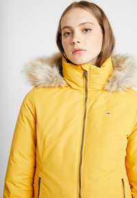 Tommy Jeans - HOODED JACKET - Chaqueta de plumas - golden glow - 4