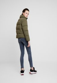 Tommy Jeans - MODERN JACKET - Zimní bunda - olive night - 2