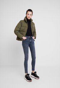 Tommy Jeans - MODERN JACKET - Zimní bunda - olive night - 1