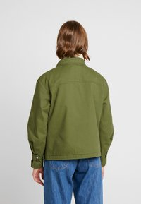 Tommy Jeans - PLEAT DETAIL SLEEVE - Giacca leggera - martini olive - 3
