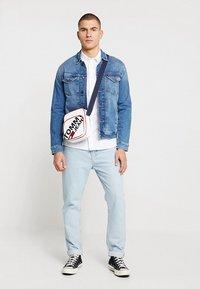 Tommy Jeans - Vapaa-ajan kauluspaita - white - 1