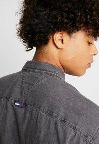 Tommy Jeans - REGULAR - Skjorta - black denim - 6